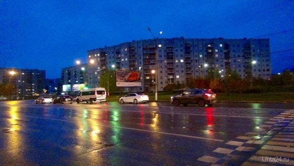Отражения разноцветных огней на мокром асфальте.  Улицы города Ухта