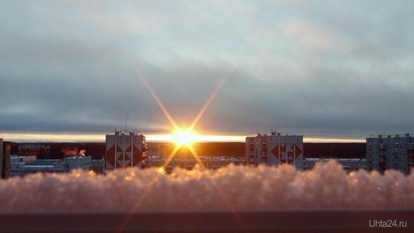 Белое зимнее солнце на закате.  Природа Ухты и Коми Ухта