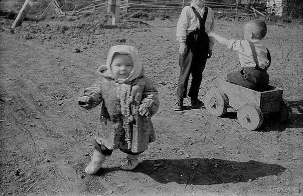 д. Верхне Лалье. 1970г. Машина сделана из ящика гводей и отрезков бревна. Интересна и обувь девочки.  Ухта