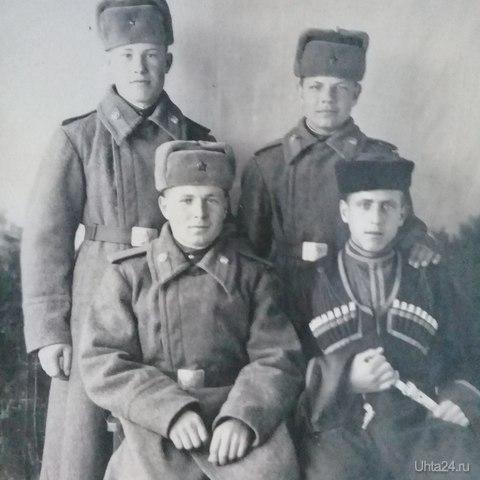 Мой папа, первый ряд,первый слева, 1952 год,дивизион МВД Гулаг,Седьмой километр,ныне пос.Дальний.  Ухта