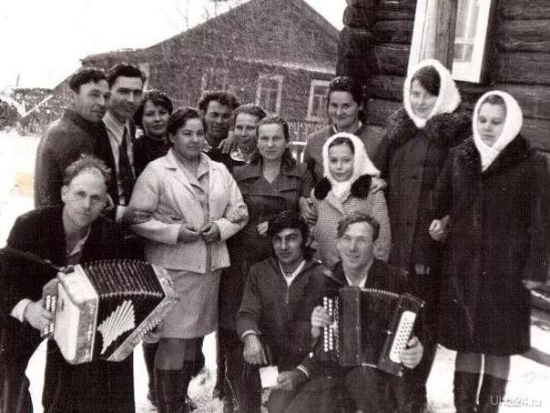 Костромская область, сельский праздник ( мой дядя с гармонью справа первый)  Ухта