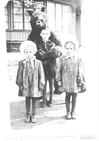 Мамины младшие сестрички и двоюродный брат.Москва,вроде-ВДНХ.1954год.  Ухта