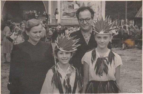 Год примерно 1954, Бабушка, дедушка, и тетя. Одну девочку не знаю, может кто узнает ... Из глубин истории Ухта