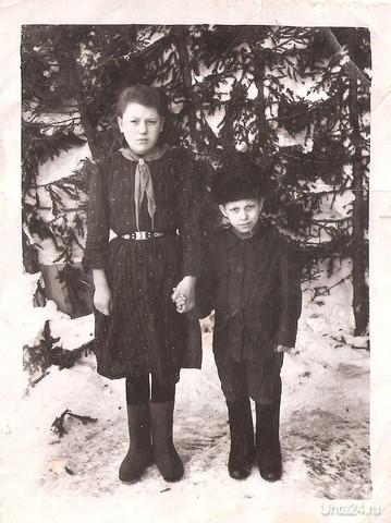 Послевоенное время. На фотографии мама и ее братик. Конец сороковых годов.  Ухта
