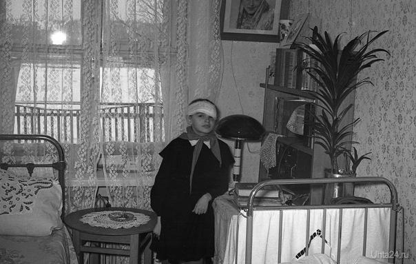 """1964 год.Пушкина 6..Моей сестре Дане 15 лет.А это наша """"детская""""У окна моя кроватка, а на стенах портреты наших родителей.У вас, наверное, тоже такая обстановка была? Железные койки? Помню, что валики под подушками набивались оленьей шерстью.А у сестры были проблемы с глазами. Училась-то в 1 школе,с радиацией. Из глубин истории Ухта"""