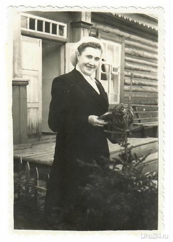 Моя бабушка возле Синдорской больницы со спасённой совой.С мужем военным приехала из Тверской области в Синдор. Работала врачом. Из глубин истории Ухта