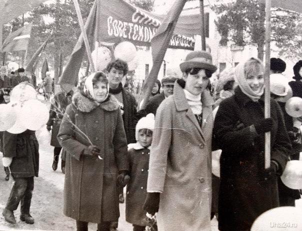 На ноябрьской демонстрации. Мы с мамой в середине фото. Примерно 1969 год. П. водный Из глубин истории Ухта