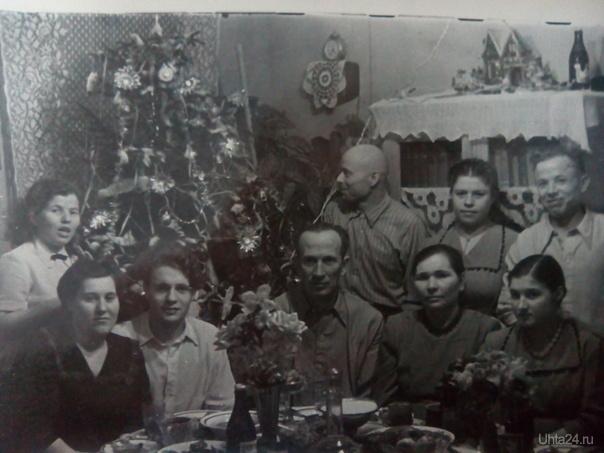 Празднование Нового года с 1956 на 1957 год. В центре сидит мой дед. Я конечно его не помню. Он умер, когда мне было три года. Ветлосян 1957 год.  Из глубин истории Ухта