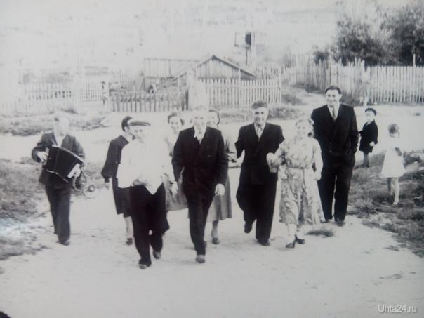 """Мой дед ( в центре) идет """"выкупать"""" невесту. Мою бабушку. С песнями и плясками. станция Ветлосян. 1957 год.  Из глубин истории Ухта"""