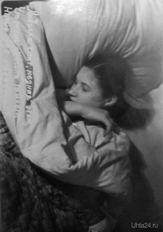 """""""Лидочка спит, не зная о том, что муж ее Коля тайком ночью ее снимает"""" Надпись на фото. Притом надпись была сделана на негативе. станция Ветлосян 1956 год.  Из глубин истории Ухта"""
