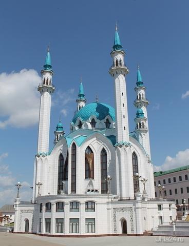 Строительство этой белоснежной красавицы с голубыми куполами и крышами было начато в 1996 году как воссоздание легендарной многоминаретной мечети, столицы Казанского ханства. Это был центр религиозного просвещения и развития наук Среднего Поволжья XVI столетия, который разрушили в октябре 1552 года во время штурма Казани войсками Ивана Грозного. Открытие мечети состоялось 24 июня 2005 года - к 1000-летнему юбилею Казани, и теперь это - новый символ города и республики. Мир глазами ухтинцев Ухта