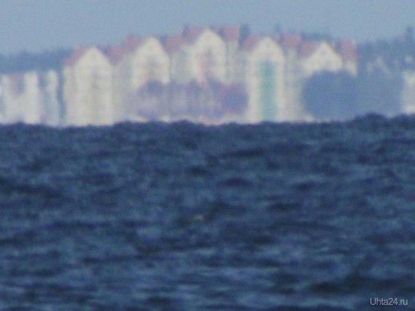 Не знаю точно что за город, думаю Янтарный, фотографировал с Балтийска. На глаз смотрится маленьким белым пятнышком. Берег там делает дугу, по прямой, думаю километров 10 Мир глазами ухтинцев Ухта