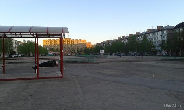 Летний теплый субботний вечер на Комсомольской площади Улицы города Ухта