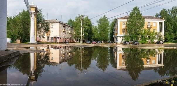 Зеркальная гладь огромной лужи. Улицы города Ухта