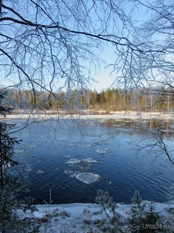 Приятно наблюдать за движением льда по реке, когда светит солнышко и небольшой морозец. Ура, на  реке ледоход.  Ухта