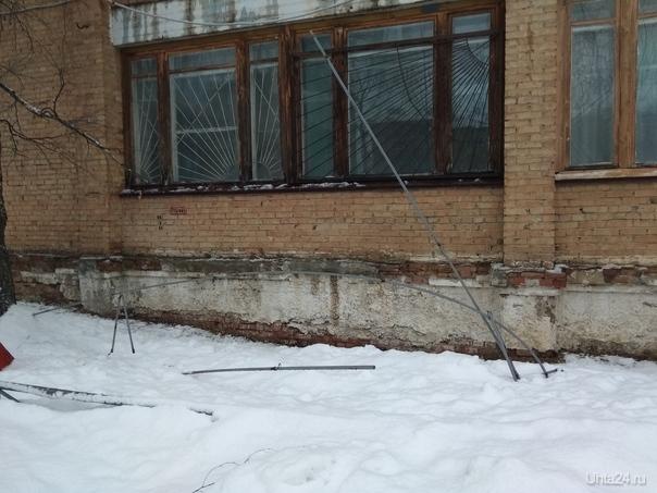 Ухта март 2019 сход снега и арматуры  с крыши учебного здания  бывшего ПТУ-33 Проблемы Ухты Ухта