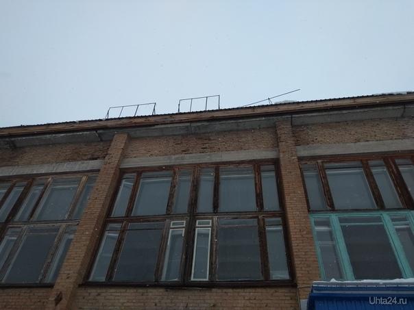 Ухта март 2019 сход снега и арматуры  с крыши учебного здания  бывшего ПТУ-33  Ухта