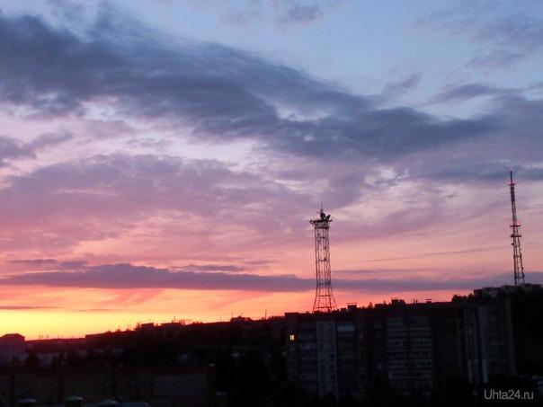 Розовый рассвет. На небе розовый рассвет Пробился между облаками. И розовый, прекрасный свет, Всё небо озарил лучами. И засветились облака Под розовым блестящим светом, Плывут по небу, не спеша, Любуясь солнечным рассветом. Всё небо в розовых огнях!.. Такое чудо, редко встретишь. Как будто в розовых мечтах, Особое, здесь солнце светит. Природа дивной красоты Нас радует и восхищает. Как будто, акварель мечты На небе красками играет. /стихи - Марина Чмелева/   Ухта