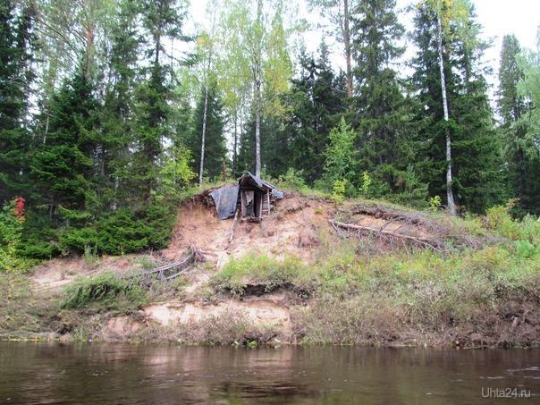 построил избушку-землянку, немного с выходом не расчитал, выпадаю выпимши прям в реку иногда Природа Ухты и Коми Ухта