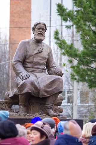 Памятник Федору Прядунову. С 2005 года камень лежал.  Ухта