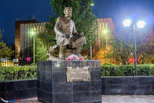 4 октября у Сервиса открыт пам-к Фёдору Прядунову-русскому рудоискателю, основателю первого в России нефтяного промысла на реке Ухта,в 1748 доставил ухтинскую нефть в Москву и в лаборатории Берг-коллегии осуществил перегонку,получив керосиноподобный продукт. Памятники Ухта