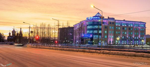 Вид на проспект Зерюнова на закате солнца. Улицы города Ухта