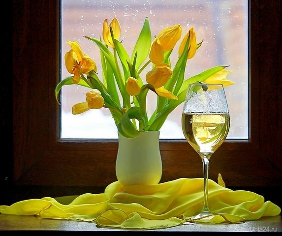 Натюрморт на подоконнике с бокалом вина и тюльпанами Разное Ухта