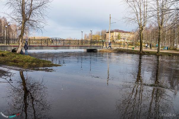 Уровень воды доходил до балки моста, сейчас уже немного упал.  Ухта
