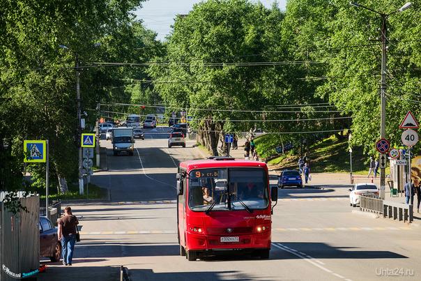 """Как известно, в Ухте сейчас нет больших автобусов - одни тесные маршрутки и только одни единственные красные ветлосяновские """"девятки"""" радуют не только внешним видом, но и относительным простором, их видно издалека) Улицы города Ухта"""