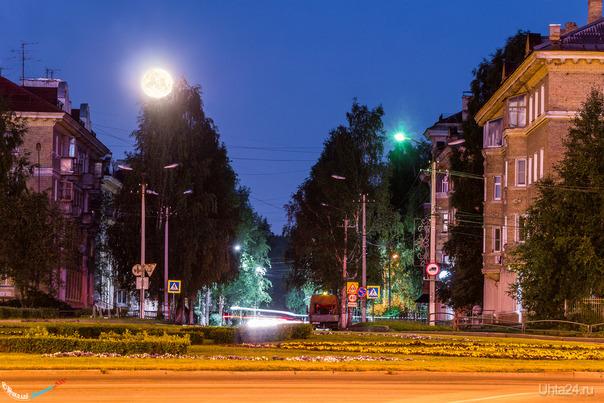 Улица Мира августовской ночью. Улицы города Ухта