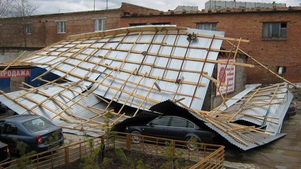 В Ухте снесло крышу на авто