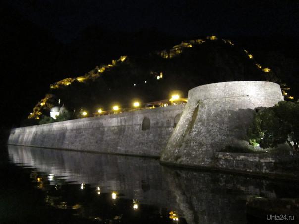 Черногория, г.Котор -подсвечена крепостная стена (по длине вторая после Китайской)  Мир глазами ухтинцев Ухта