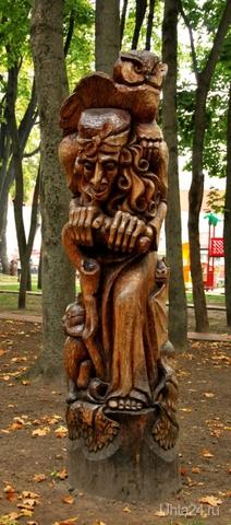 Парк в Брянске. Весь в деревянных статуях.  Ухта